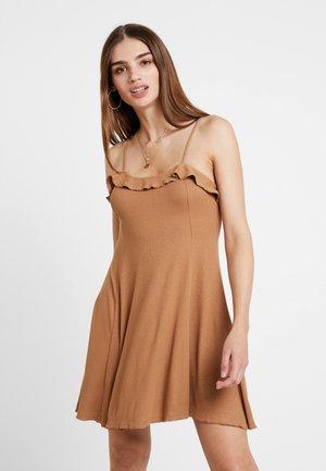 FLIRTY DRESS - Sukienka z dżerseju - light brown