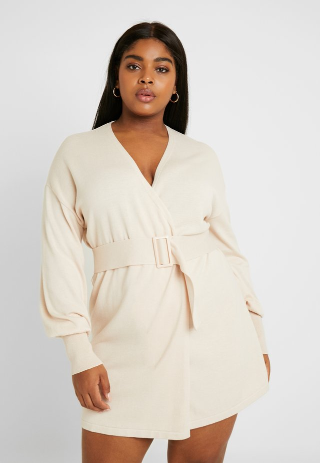 BELTED BUCKLE WRAP DRESS - Robe pull - cream