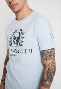 AFTERMATH - WITH SKULL AND STUDDED ARMS - T-shirt print - sky blue - 3