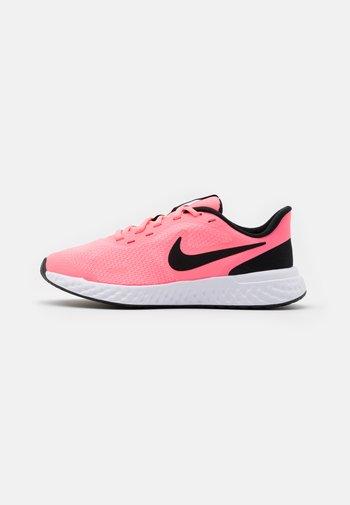 REVOLUTION 5 UNISEX - Neutral running shoes - sunset pulse/black/white