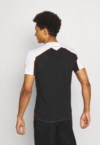Mammut - SERTIG MEN - Print T-shirt - white/black/vibrant orange - 2