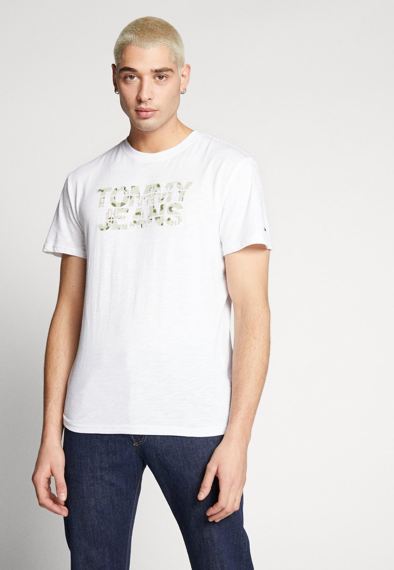 Tommy Jeans - CAMO GROUND LOGO TEE - Print T-shirt - white