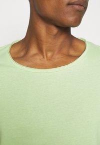 YOURTURN - RAW EDGE UNISEX - Basic T-shirt - green - 5
