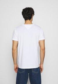 Tommy Hilfiger - ICON ESSENTIALS TEE - T-shirt con stampa - white - 2