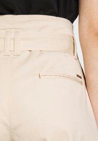 Calvin Klein - PAPER BAG WAISTED - Shorts - white smoke - 4