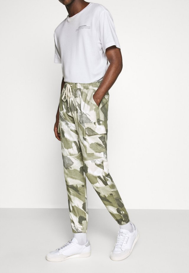 CAMO PANTS - Cargo trousers - light green