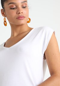 Pieces - PCKAMALA - Basic T-shirt - bright white - 4