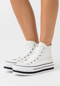 Converse - CHUCK TAYLOR ALL STAR PLATFORM LAYER - Zapatillas altas - vintage white/white/black - 0