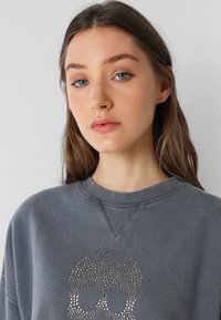 Scalpers - WITH SKULL LOGO AND STUDS - Sweater - grey - 3