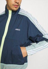 adidas Originals - LIGHTWEIGHT UNISEX - Chaqueta fina - crew navy/hazy green - 3