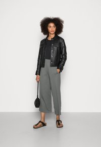 Marc O'Polo - CULOTTE CROPPED LENGTH ELASTIC WAISTBAND AT BACK - Trousers - olive garden - 1