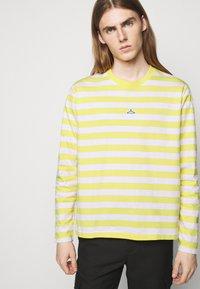 Holzweiler - HANGER STRIPED LONGSLEEVE UNISEX - Long sleeved top - yellow/white - 5