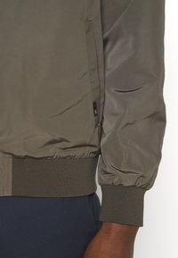 Burton Menswear London - CORE MILITARY - Bomber Jacket - green - 5