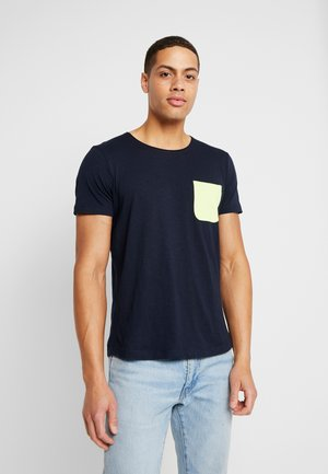 WITH CONTRAST POCKET - T-shirt med print - sky captain blue