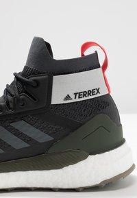 adidas Performance - TERREX FREE HIKER - Hikingsko - core black/grey six/night cargo - 5