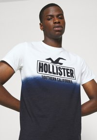 Hollister Co. - OMBRE LOGO - Print T-shirt - white/navy - 4