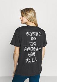 Under Armour - PRIDE GRAPHIC - Print T-shirt - black - 2