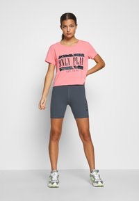 ONLY PLAY Petite - ONPMARIKA SHORT TRAINING TEE - Camiseta estampada - strawberry pink turbulence - 1