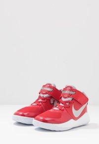 Nike Performance - TEAM HUSTLE D 9 AUTO - Chaussures de basket - university red/metallic silver/wolf grey/white - 3