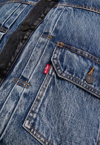 Levi's® Extra - TYPE HYBRID TRUCKER - Denim jacket - blue denim/red - 6
