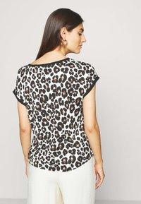 Betty & Co - MASSTAB - Print T-shirt - brown/black - 2