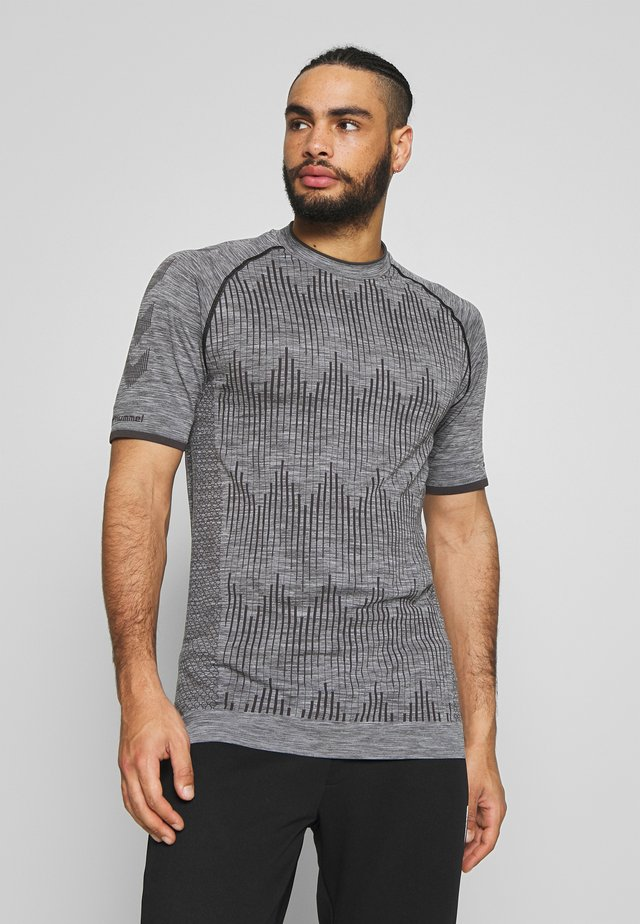 SEAMLESS  - T-shirt con stampa - quarry