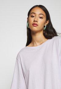 Weekday - ISOTTA - Camiseta básica - light purple - 4