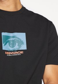 Mennace - ALL EYES ON ME - Print T-shirt - black - 5