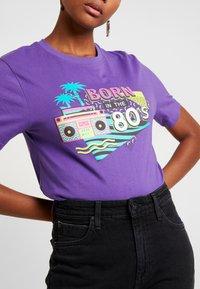 Merchcode - LADIES BORN IN THE 80S TEE - Print T-shirt - ultra violet - 5
