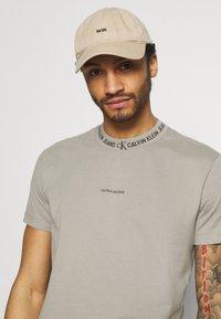 Calvin Klein Jeans - LOGO TEE UNISEX - T-shirt con stampa - elephant skin - 4