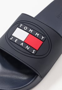 Tommy Jeans - SEASONAL FLAG SLIDE - Slip-ins - blue - 5