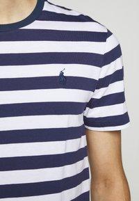 Polo Ralph Lauren - T-shirt z nadrukiem - navy/white - 7