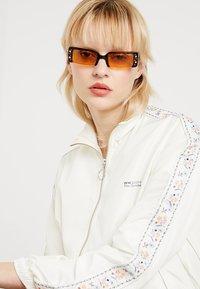VOGUE Eyewear - GIGI HADID SOHO - Sunglasses - dark havana - 1