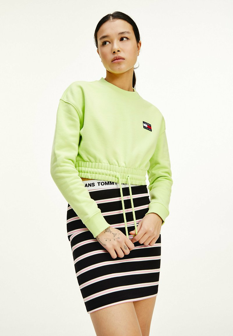 Tommy Jeans - SUPER CROPPED BADGE CREW - Jumper - faded lime