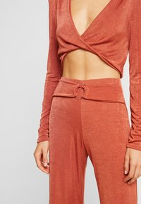 Missguided - TWIST BRALET AND TRIM BELTED WIDE LEG TROUSERS SET - Pantalon classique - orange - 5
