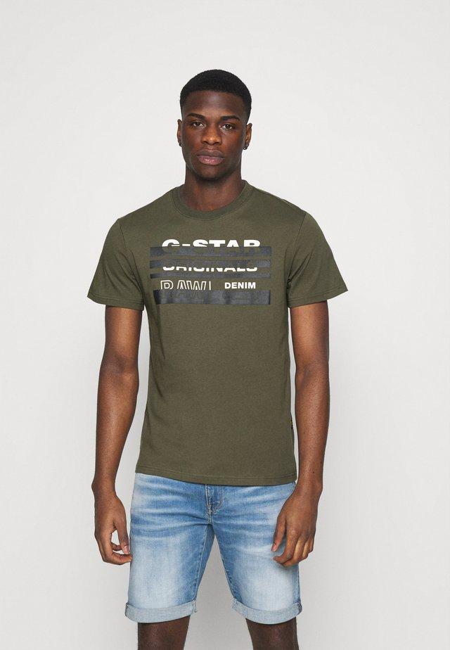 ORIGINALS STRIPE LOGO - T-shirt print - combat