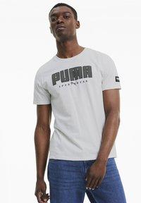 Puma - ATHLETICS  - T-shirt con stampa - vaporous gray - 0