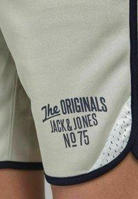 Jack & Jones Junior - Tracksuit bottoms - neutral gray - 3