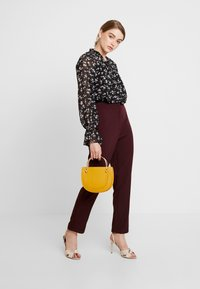 Missguided - HIGH WAISTED CIGARETTE TROUSERS - Bukse - burgundy - 2
