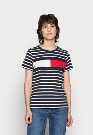 TEE REGULAR FIT FLAG - Print T-shirt - classic brenton/sky