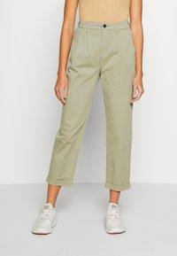 ONLY - ONLCAROLINE CARROT PANT - Bukse - silver sage - 0