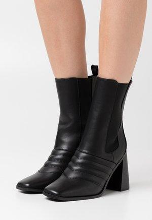 TABBIE - Ankelboots med høye hæler - black