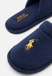 Polo Ralph Lauren - SUMMIT SCUFF UNISEX - Hausschuh - navy/gold - 5