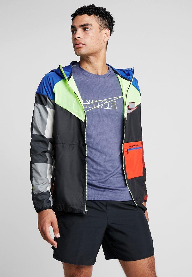 Nike Performance - WILD RUN - Chaqueta de deporte - game royal/black/volt/reflective silver