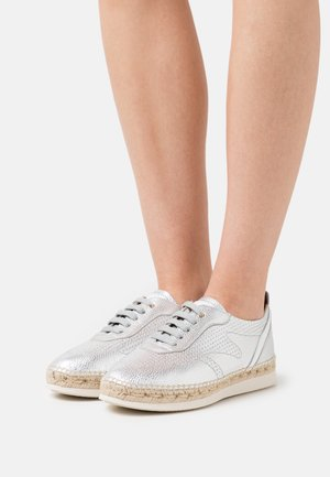 SINTRA - Casual lace-ups - silber/weiß