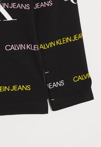 Calvin Klein Jeans - MIX LOGO ALLOVER SLIM - Langærmede T-shirts - black - 0