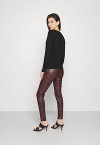 Tommy Jeans - V NECK LONGSLEEVE - T-shirt à manches longues - black - 2