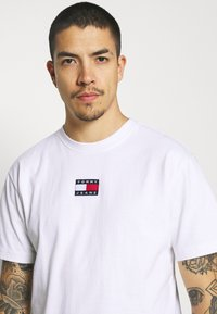 Tommy Jeans - BADGE TEE  - T-shirt basic - white - 3