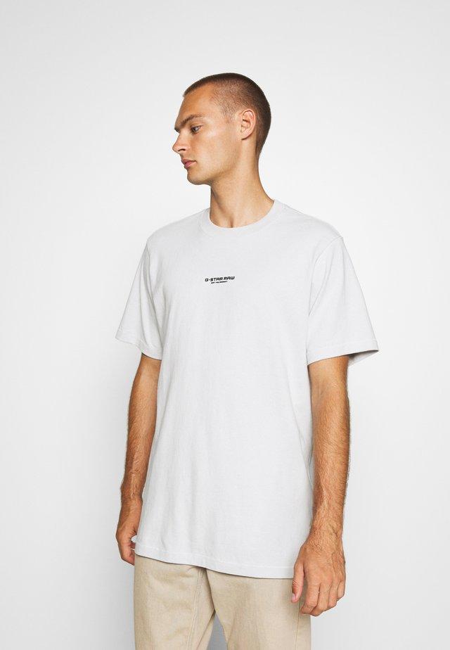 CENTER CHEST LOGO  - Jednoduché triko - cool grey