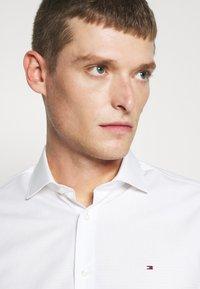 Tommy Hilfiger Tailored - DOBBY DESIGN CLASSIC - Formální košile - white - 3